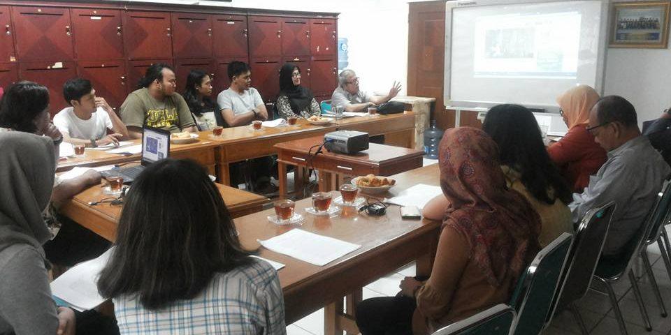 Ajang Silaturahmi Dosen dan Bertukar Informasi Secara Teoritis Pada Diskusi Dwi Mingguan