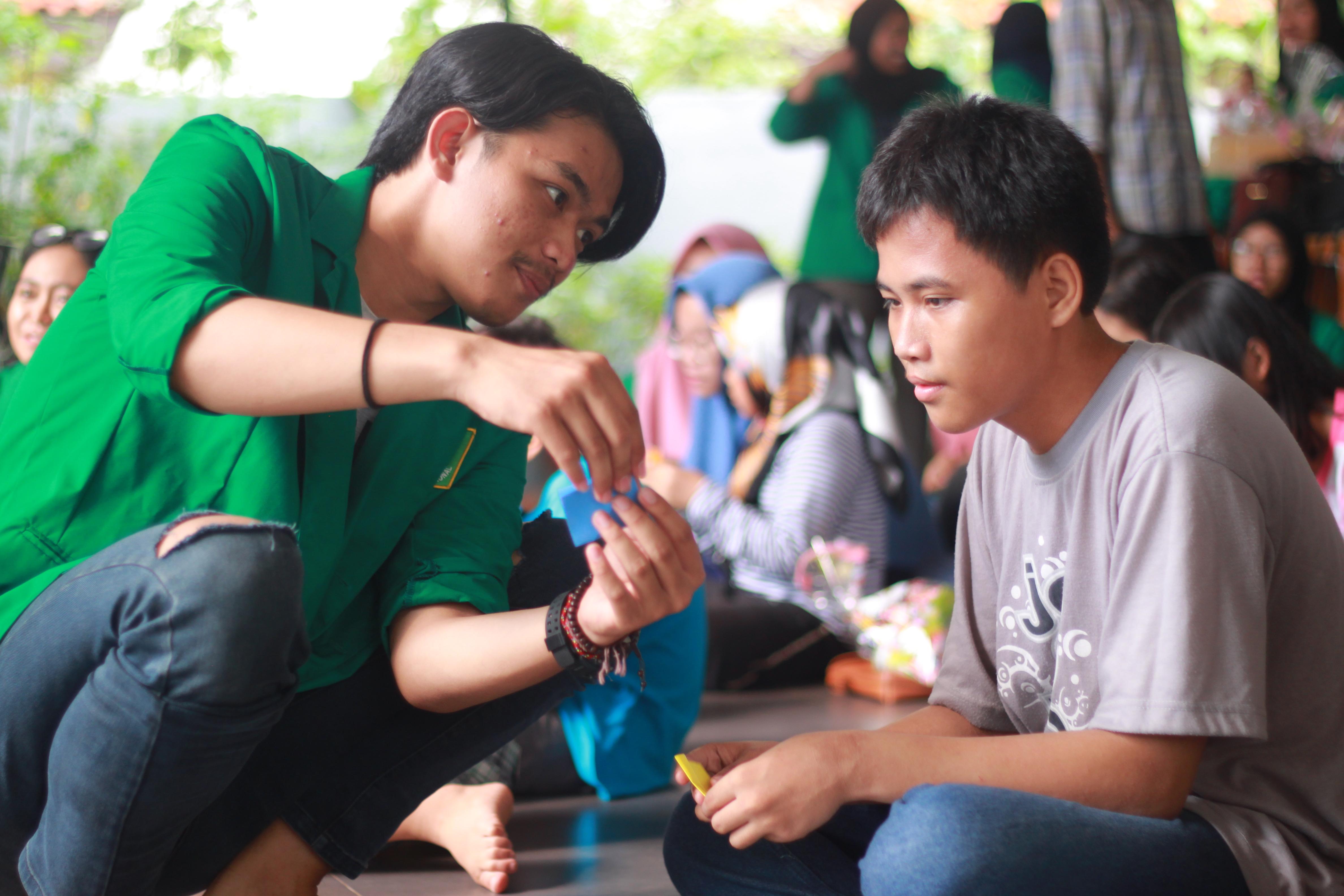 Aksi HIMAKOM Mengingkatkan Kreativitas Tangan Anak